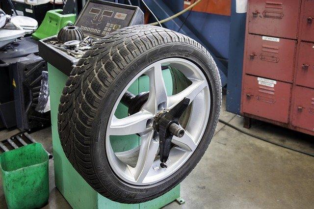 Prüfung beim Reifenwechsel